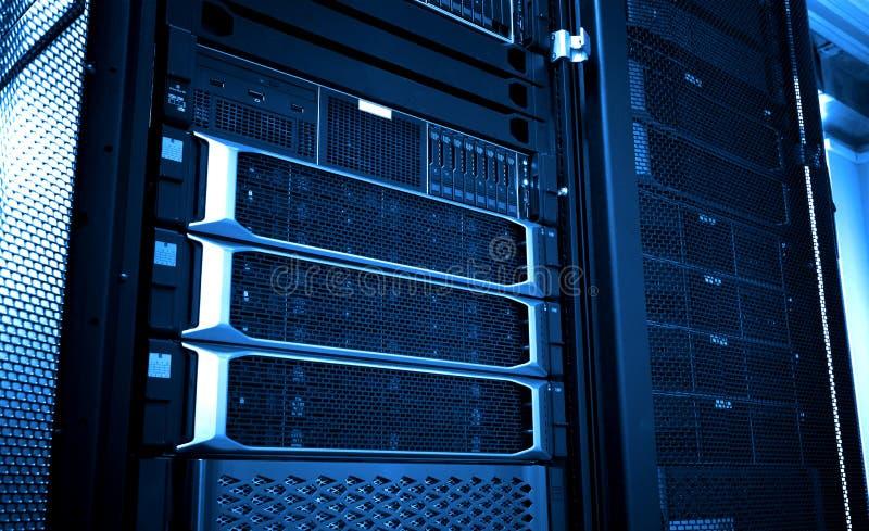 Конец вверх по панели системы хранения облака современной с тонной жестких дисков голубой стоковое фото