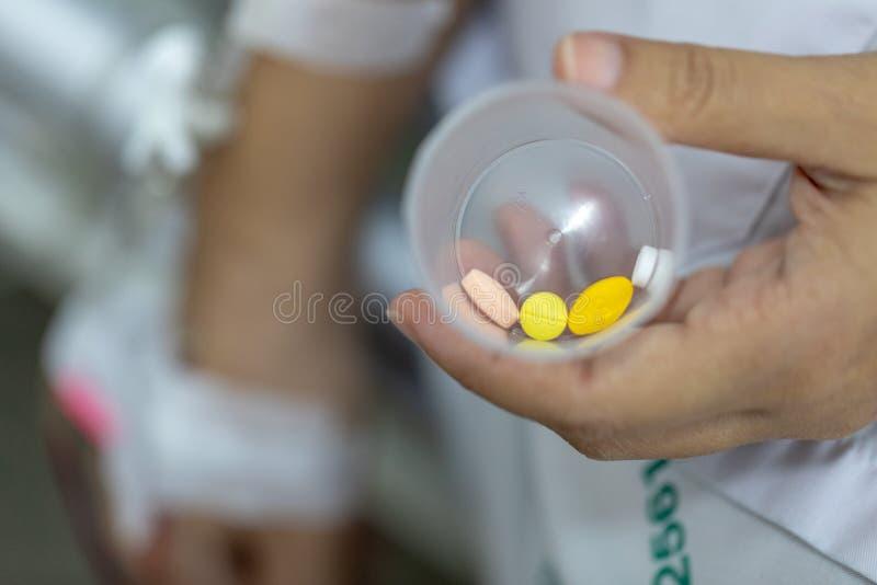 Конец вверх по пациенту женщины руки с впрыской соляной в руке стоковые изображения