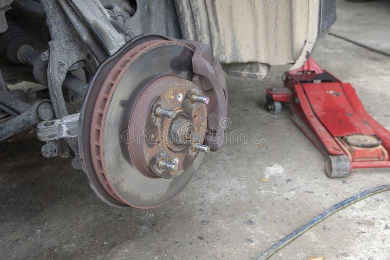 Конец вверх по перерыву диска детали и замена подвеса на автомобиле стоковая фотография rf