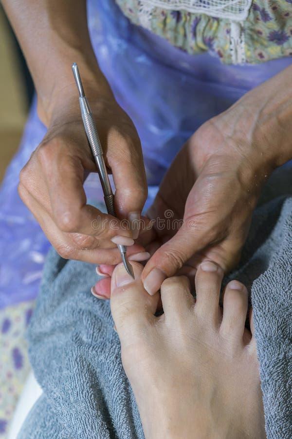 Конец вверх по процессу pedicure Мастерская деятельность с remuver надкожицы Обработка Pedicure в салоне красоты Близкая поднимаю стоковая фотография rf