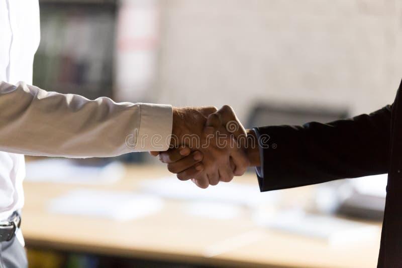 Конец вверх по разнообразным бизнесменам тряся руки на офисе стоковая фотография