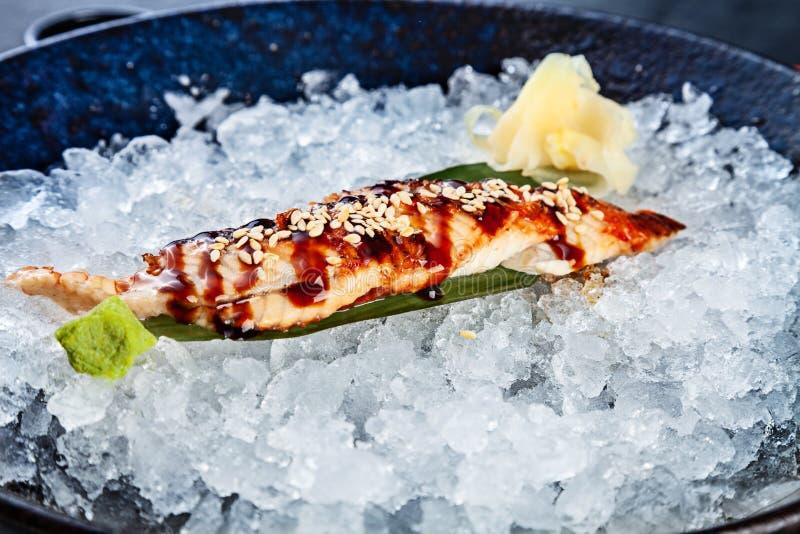 Конец вверх по свежему отрезанному сасими угря служил в шаре с льдом сасими японской кухни Меню ресторана Японии r суши морепроду стоковое изображение