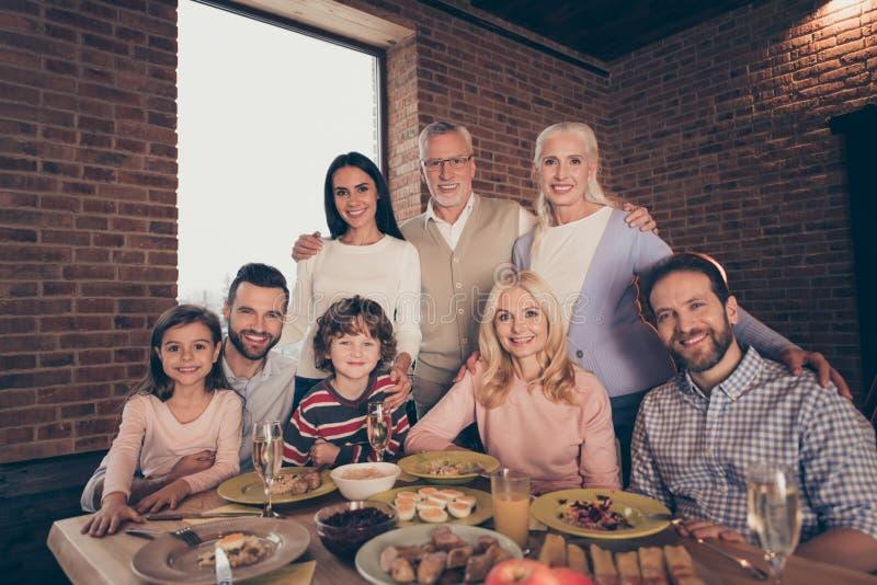 Конец вверх по семьи людей фото папе дочери сына grandpa мамы бабушки сестры брата компании прелестной ласковой большой смешному стоковые изображения rf