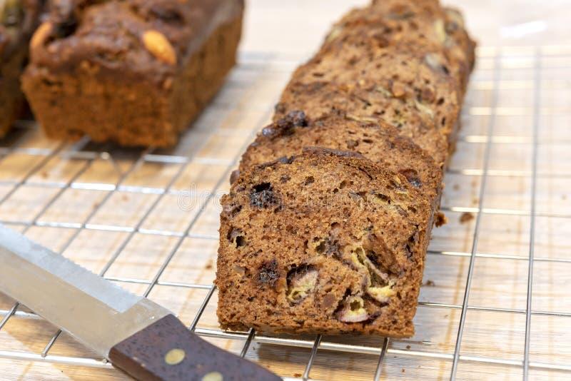 Конец вверх по смешиванию домодельного хлеба или торта с бананом и грецким орехом отрезал с рыцарем стоковая фотография