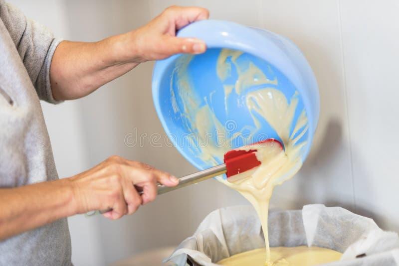 Конец вверх по смешивая тесту печенья с электрическим смесителем Отмело глубоко поля стоковая фотография rf