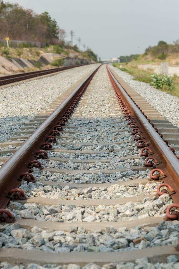 Конец вверх по соединению рельса, анкеру рельса с линией перспективы от железнодорожных путей Транспорт безопасности Избегите зат стоковое фото rf