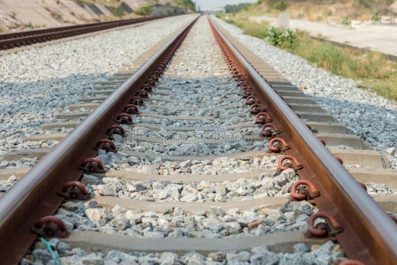 Конец вверх по соединению рельса, анкеру рельса с линией перспективы от железнодорожных путей Транспорт безопасности Избегите зат стоковое изображение rf