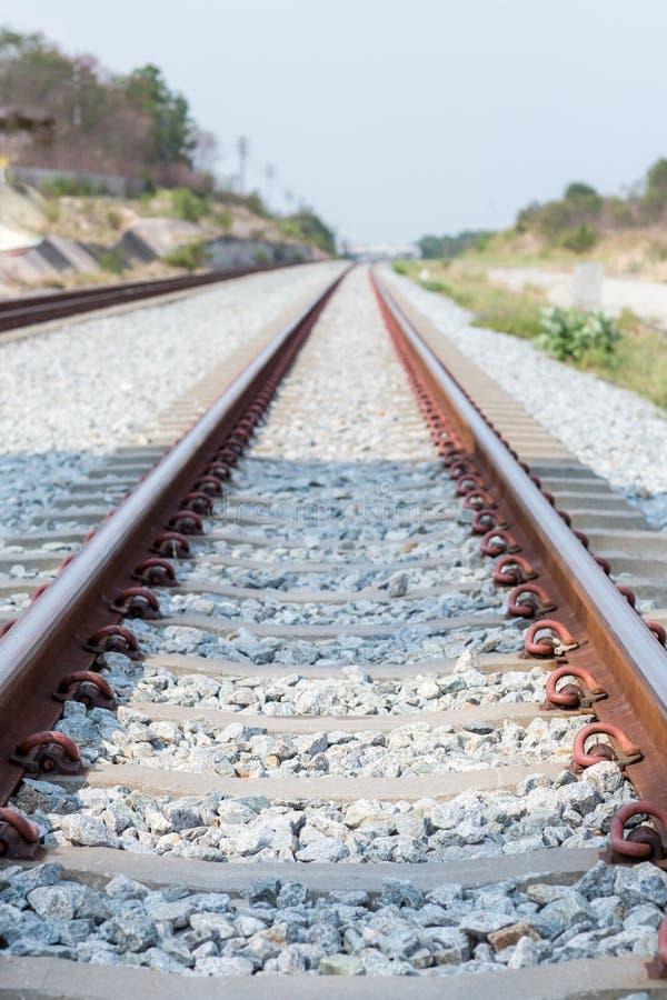 Конец вверх по соединению рельса, анкеру рельса с линией перспективы от железнодорожных путей Транспорт безопасности Избегите зат стоковая фотография rf