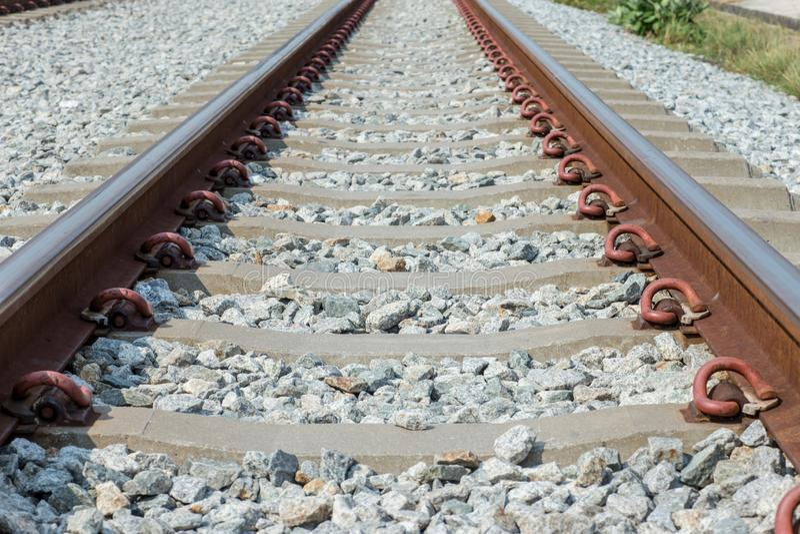 Конец вверх по соединению рельса, анкеру рельса с линией перспективы от железнодорожных путей Транспорт безопасности Избегите зат стоковая фотография