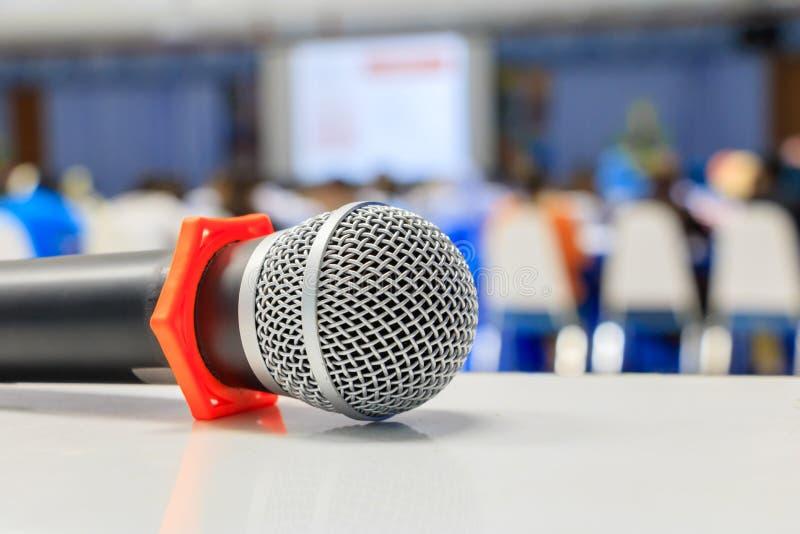 Конец вверх по старой микрофона беспроволочная на таблице в конференц-зале семинара конференции и нерезкости предпосылки внутренн стоковая фотография