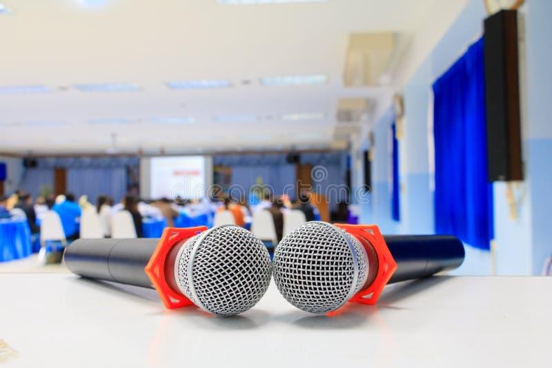 Конец вверх по старой микрофона беспроволочная на таблице в конференц-зале семинара конференции и нерезкости предпосылки внутренн стоковая фотография rf