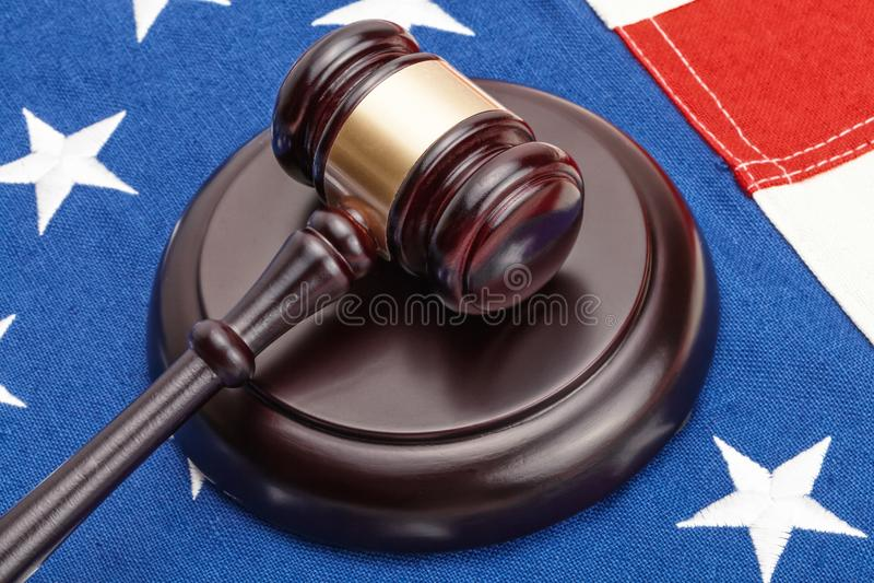 Конец вверх по съемке деревянного молотка судьи над флагом Соединенных Штатов стоковая фотография