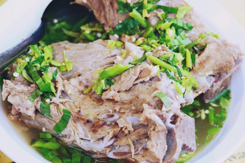 Конец вверх по тайскому пряному супу косточки свинины, zaap Leng Tom стоковое изображение rf