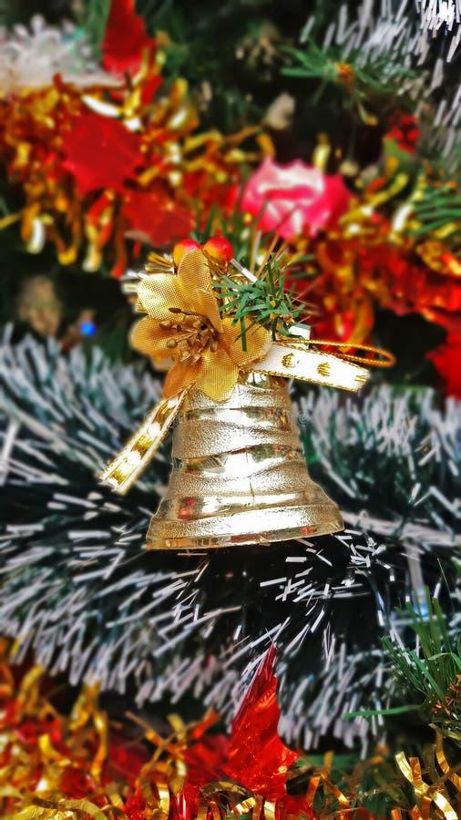 Конец вверх по украшениям рождественской елки и предпосылке Нового Года, украшению зимнего отдыха стоковые фотографии rf