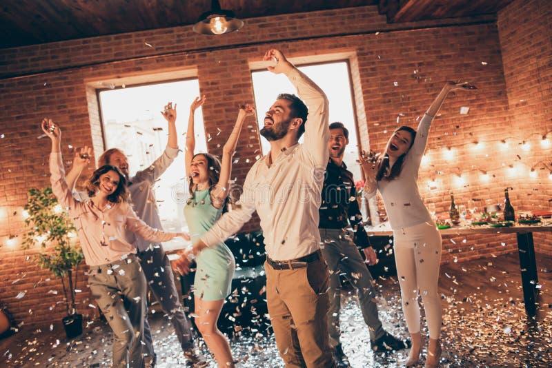 Конец вверх по фото выкрикивая congrats лучшие други висят вне танцуя пьяный день рождения поет певице оружия рук подняли вверх е стоковое фото rf