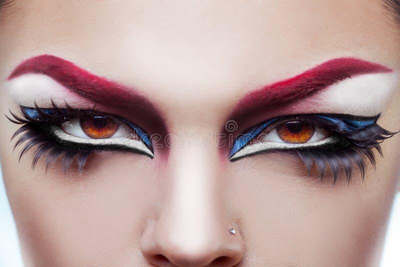 Конец вверх по фото глаз женщины с составляет и здоровая кожа стоковые изображения