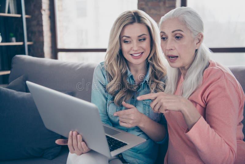 Конец вверх по фото 2 красивому она ее мамы родственников внучки бабушки дам экран тетради взгляда настроения в стиле фанк хороши стоковая фотография
