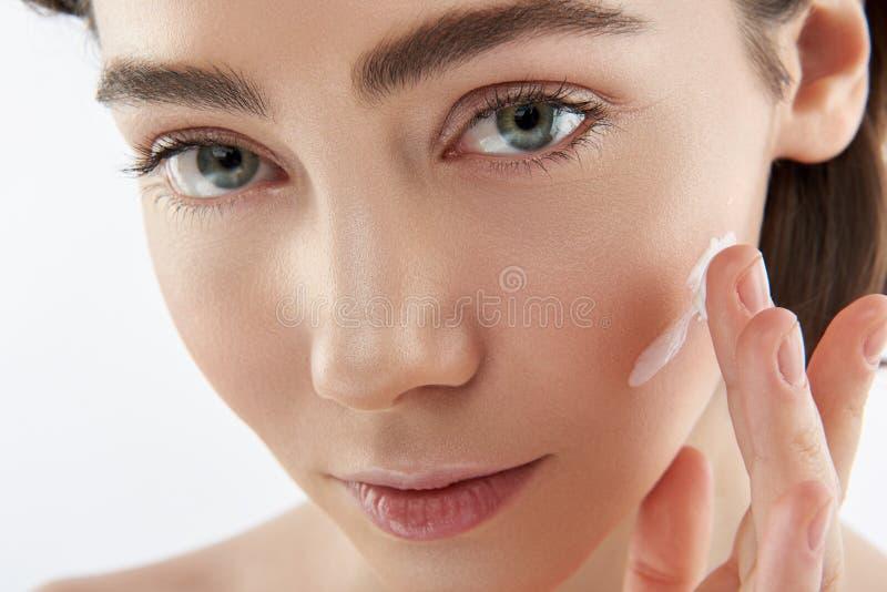 Конец вверх по чувственной женщине со сливками на щеке стоковые фотографии rf