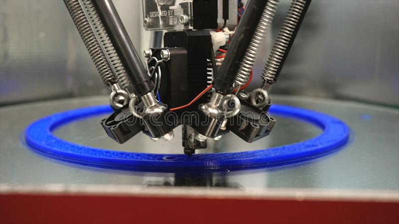 конец-вверх принтера печатания 3d яркий модельный E Автоматический принтер 3D выполняет пластиковое моделирование в лаборатории r стоковое фото