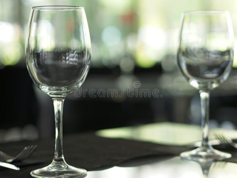 Конец-вверх пустых бокалов на таблице на ресторане стоковые изображения