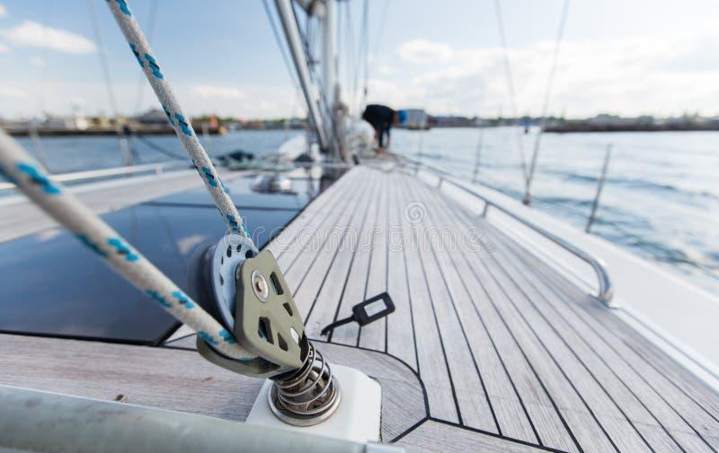 Конец вверх плавания палубы или яхты парусника на море стоковое изображение rf