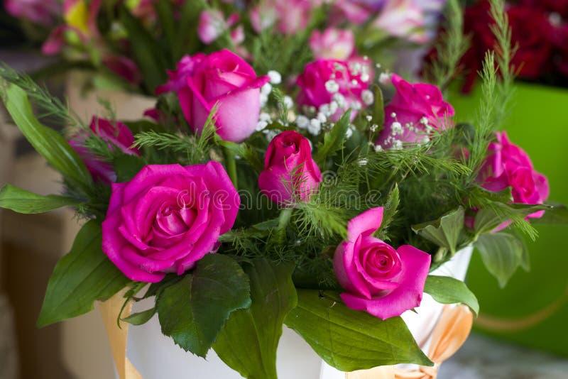 Конец-вверх роз сирени Букет роз сирени в красивой коробке упаковки Чувствительный конец-вверх роз стоковые фото