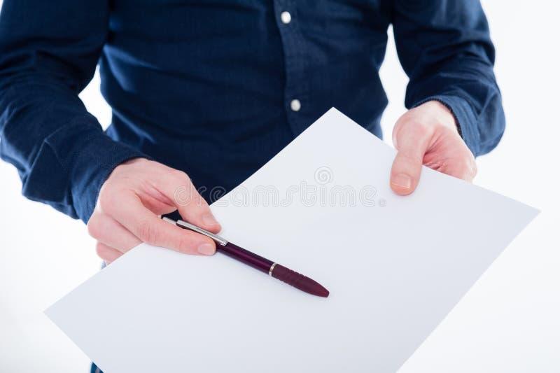 Конец-вверх руки бизнесмена держа бумагу и карандаш стоковая фотография rf