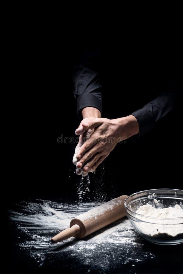 Конец вверх руки подготавливая муку для печь стоковое изображение