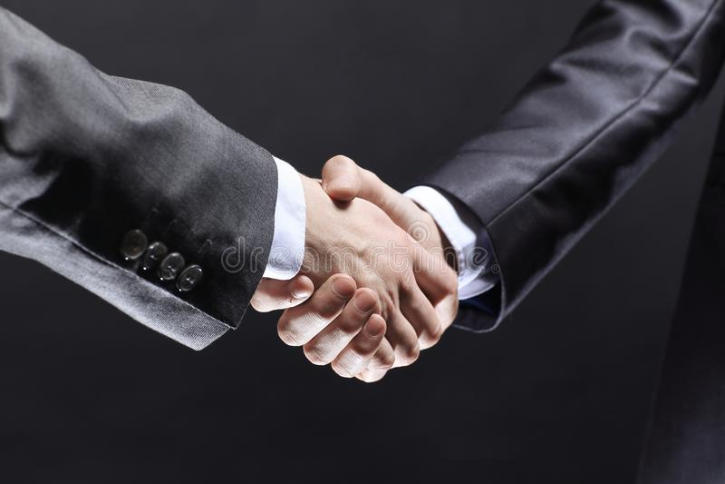 конец вверх рукопожатие торговых партнеров Изолировано на черной предпосылке стоковые изображения rf