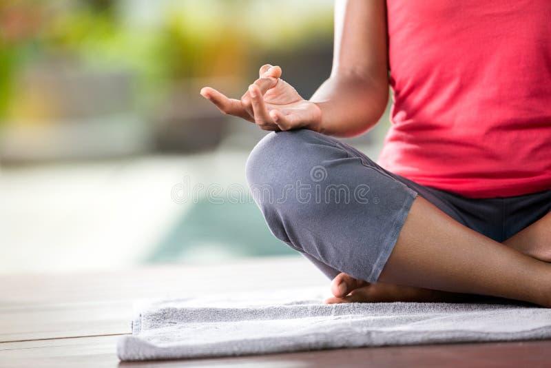 Конец-вверх рук женщины в представлении йоги стоковые фотографии rf