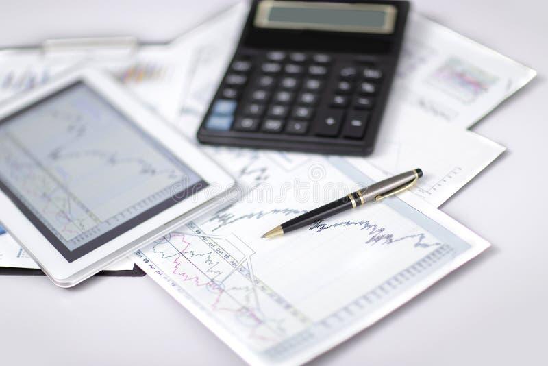 конец вверх ручка, финансовая диаграмма и цифровой планшет на столе стоковое изображение