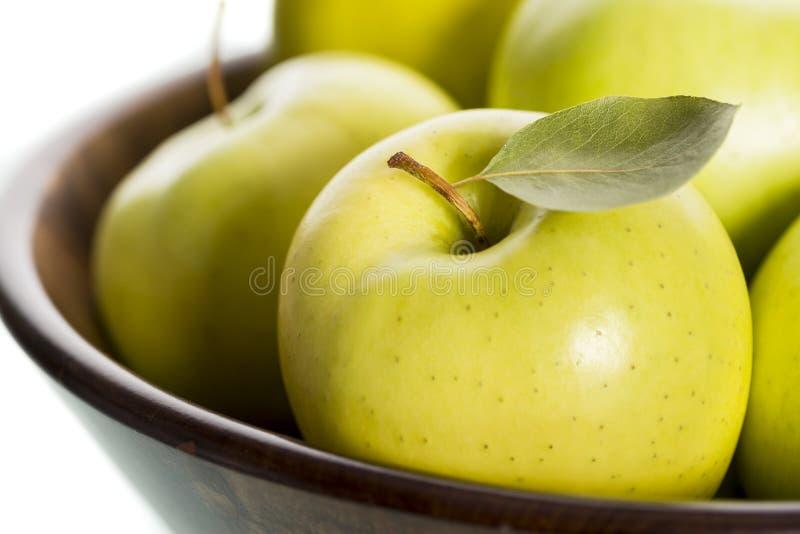 Конец вверх свежих яблок в коричневой корзине. стоковые фото