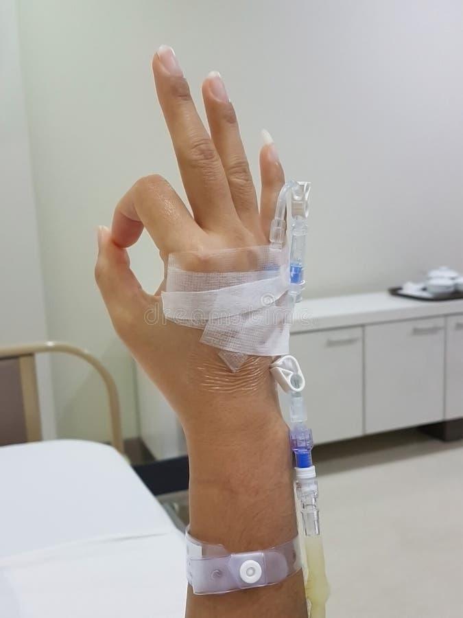 Конец-вверх символа терпеливого показа руки В ПОРЯДКЕ; в значить его alright; на палате стоковые изображения