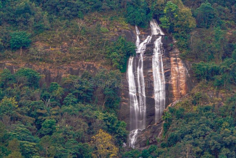 Конец-вверх снял долгую выдержку водопада Siri Phum на высоких скалах на национальном парке Doi Inthanon, Чиангмае стоковые фото