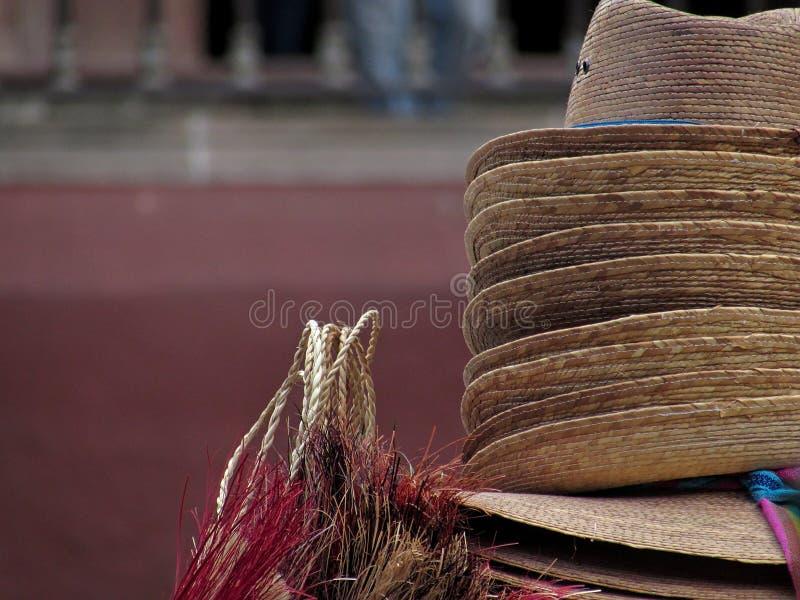 Конец-вверх снял традиционных мексиканских ручной сборки шляп и других деталей в San Miguel de Альенде стоковое изображение rf
