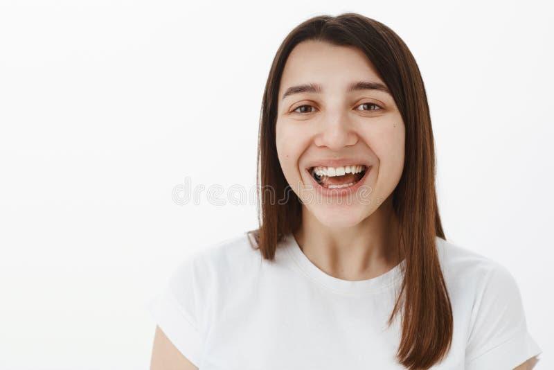 Конец-вверх снятый жизнерадостного счастливого европейского брюнета с идеальный белый смеяться улыбки задушевный вне громко и gaz стоковое изображение