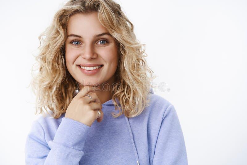 Конец-вверх снятый удовлетворенной и счастливой жизнерадостной яркой белокурой женщины в 25s с голубыми глазами в пурпурный усмех стоковое фото rf