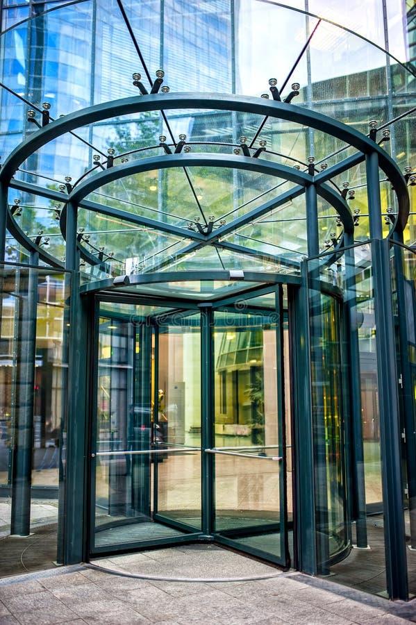 Конец-вверх современной стеклянной двери на здании корпоративного бизнеса стоковые фото