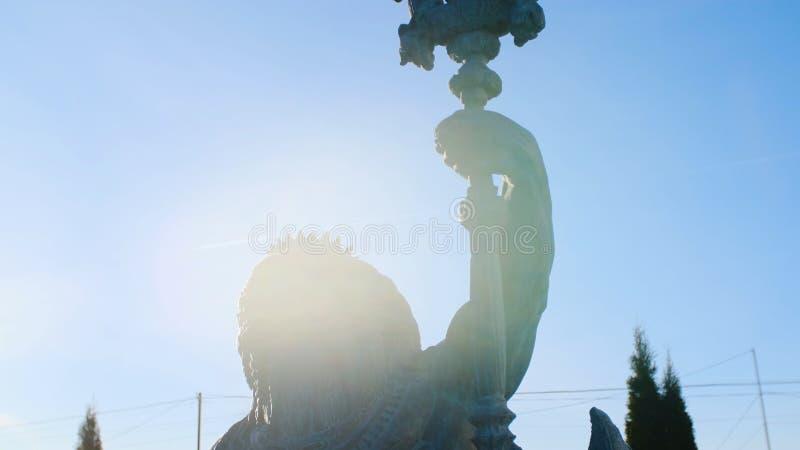 Конец-вверх статуи Нептуна r Трезубец статуи Poseidon поднимает против голубого неба и загорен мимо иллюстрация штока