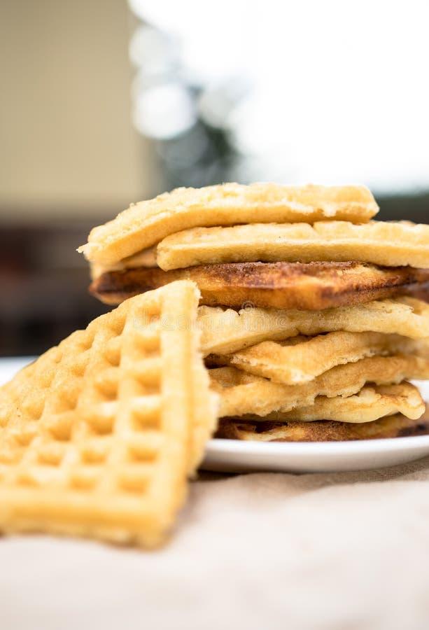 Конец-вверх стога свежих испеченных waffles стоковые изображения rf