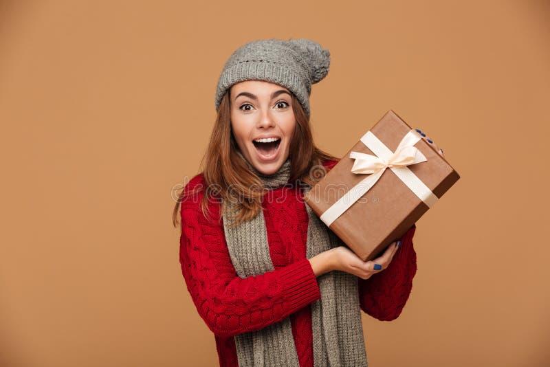 Конец-вверх счастливой привлекательной молодой женщины в зиме одевает holdi стоковое изображение