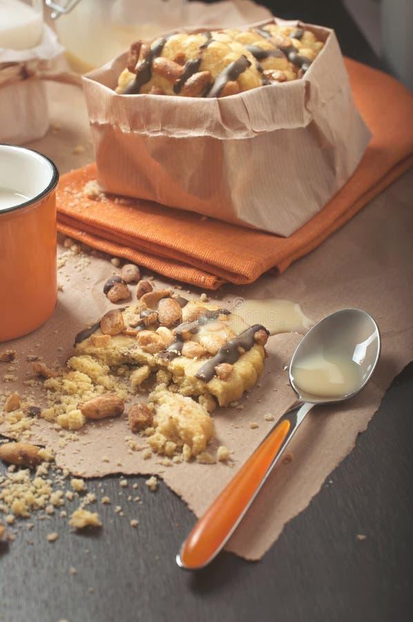 Конец-вверх сломленного печенья с арахисами и ложкой с сконденсированный стоковое изображение rf