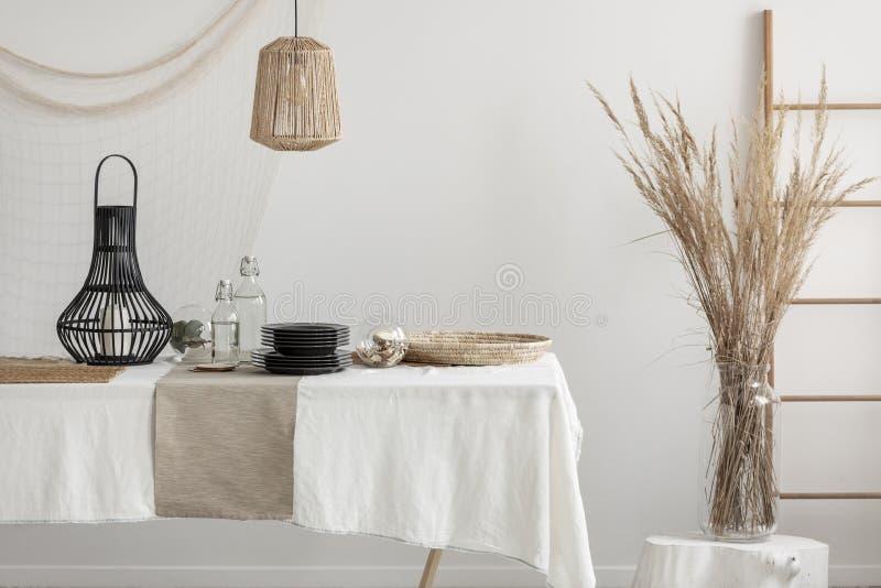 Конец-вверх таблицы с белой скатертью белья и бежевой салфеткой стоковое фото rf