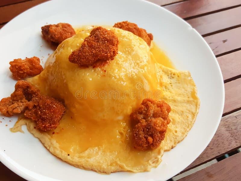 Конец-вверх, тайский стиль еды: взболтанные яичка omlette с пряным цыпленоком стоковое изображение rf