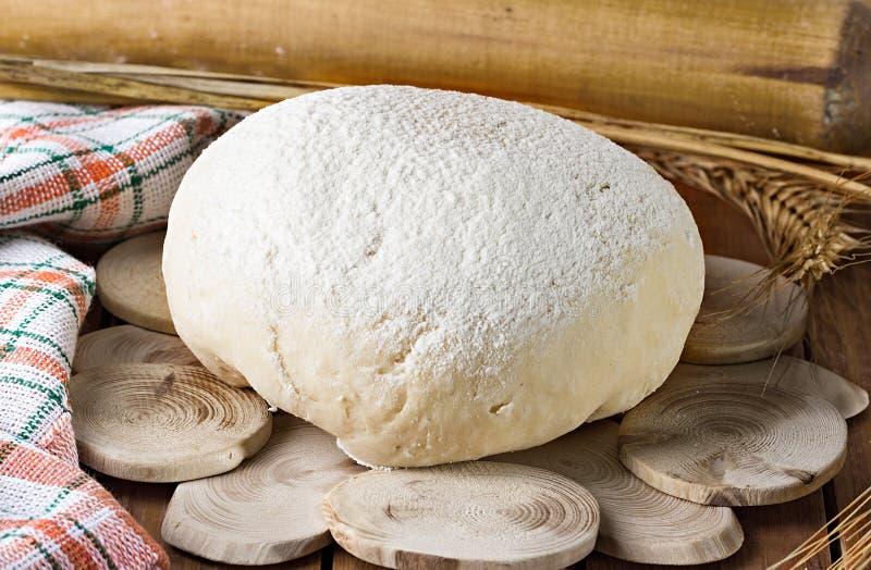 Download Конец-вверх теста на деревянной предпосылке Стоковое Изображение - изображение насчитывающей пицца, красно: 40591429