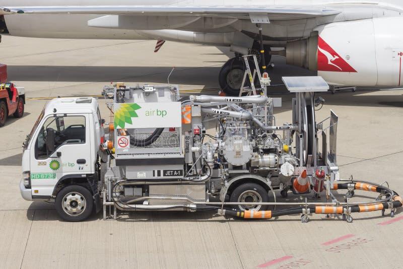 Конец-вверх тележки топлива на авиапорте Брисбена стоковое фото rf