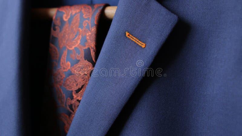 Конец-вверх ткани отверстия кнопки отворотом куртки костюма стоковая фотография