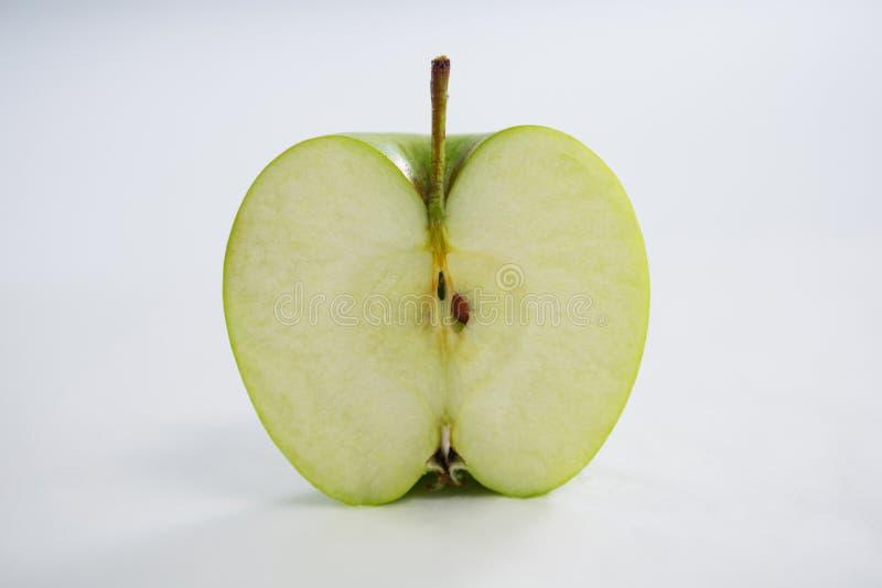 Конец-вверх уменьшанного вдвое зеленого яблока стоковое фото rf