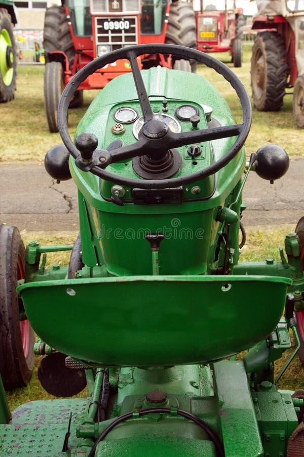 Конец-вверх управлять местом зеленого трактора стоковая фотография
