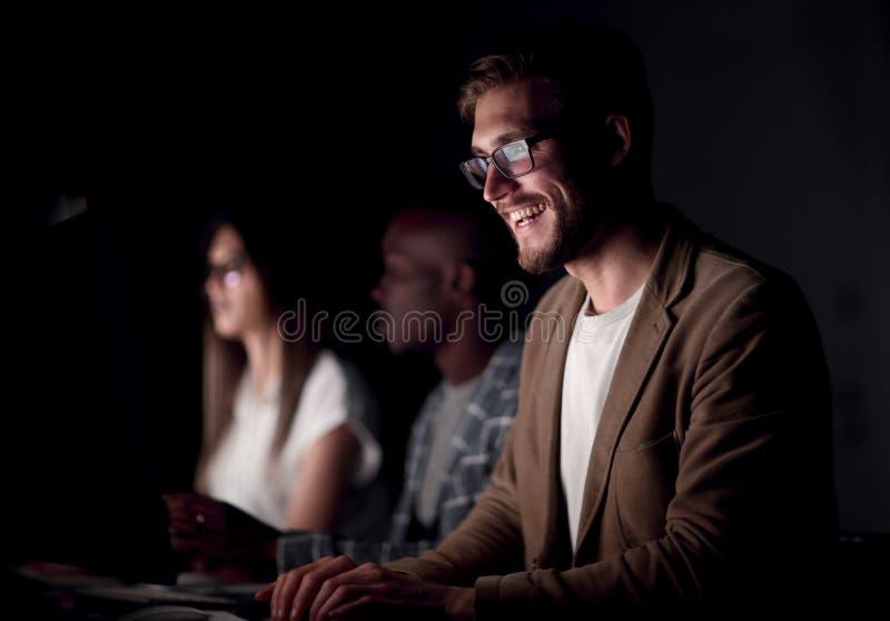 конец вверх усмехаясь бизнесмен печатая на клавиатуре компьютера стоковые фотографии rf